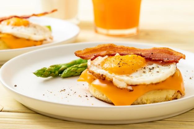 Huevo frito con tocino y queso en panqueques