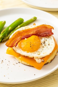 Huevo frito con tocino y queso sobre panqueque