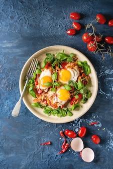 Huevo frito con verduras