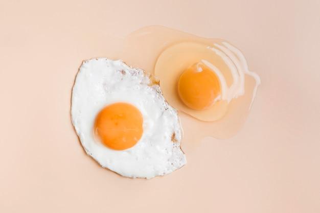 Huevo frito y yema de huevo cruda