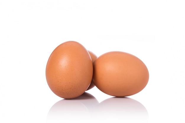 Huevo de gallina fresco tirado en estudio. aislado en blanco
