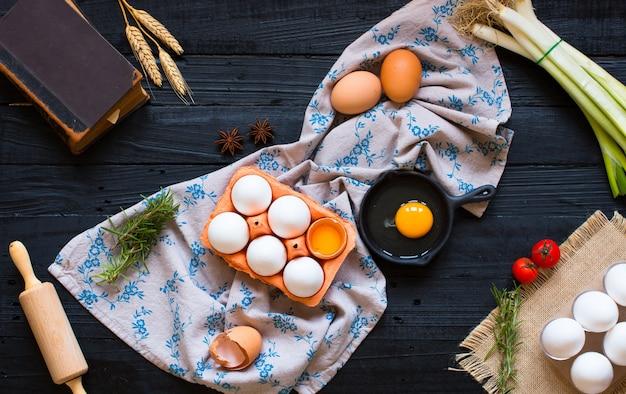 Huevo de gallina en un oscuro sobre madera