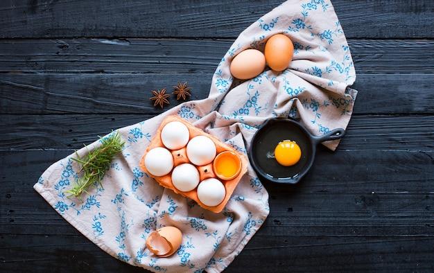 Huevo de gallina sobre un fondo oscuro de madera