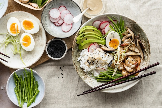 Huevo y gambas servidos con salsa tahini en estilo fotográfico plano