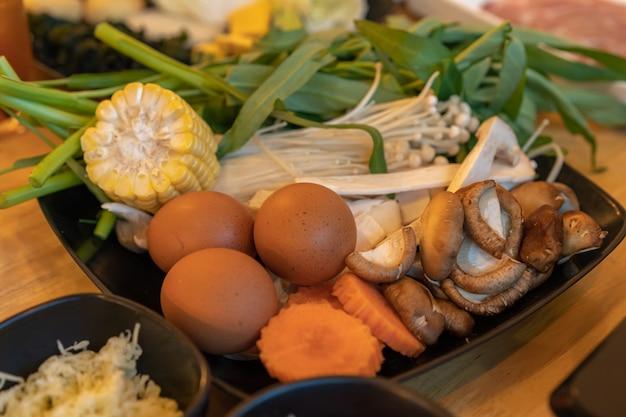 Huevo y mezcla de verduras para shabu o sukiyaki.