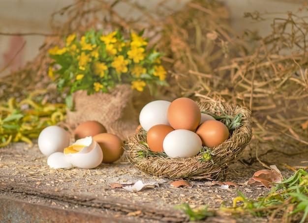 Huevo en nido de heno sobre fondo de madera vieja