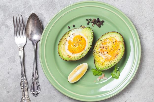 Huevo orgánico hecho en casa horneado en aguacate con sal y pimienta