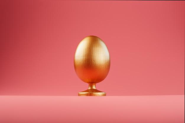 Huevo de oro con un concepto minimalista.