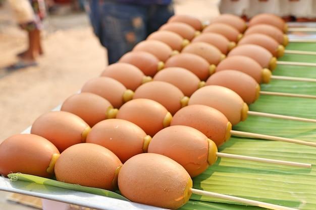 Huevo a la parrilla en la comida de la calle