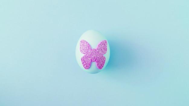 Huevo de pascua con adhesivo decorativo de mariposa.