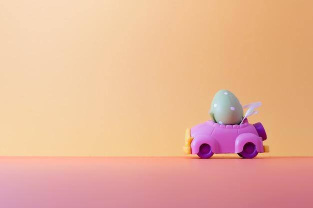 Huevo de pascua en el coche con espacio para copiar textos. color vintage entonado para el fondo del concepto de pascua.