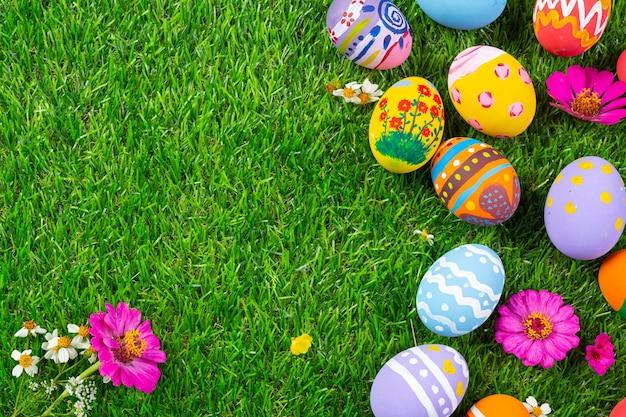 Huevo de pascua de colores sobre la hierba verde