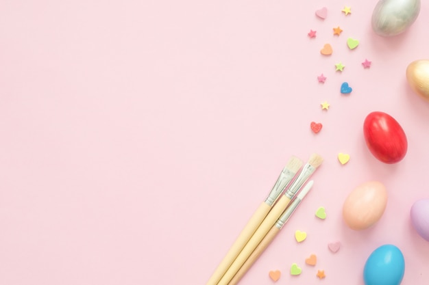 Huevo de pascua colorido pintado en composición de colores pastel con pincel