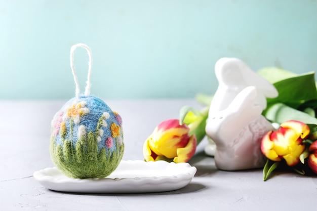 Huevo de pascua de fieltro artesanal