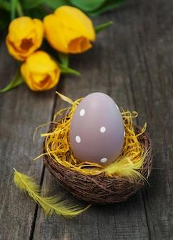 Huevo de pascua en un nido
