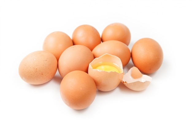 Huevos aislados sobre fondo blanco.