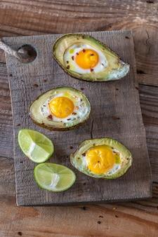 Huevos al horno en aguacate