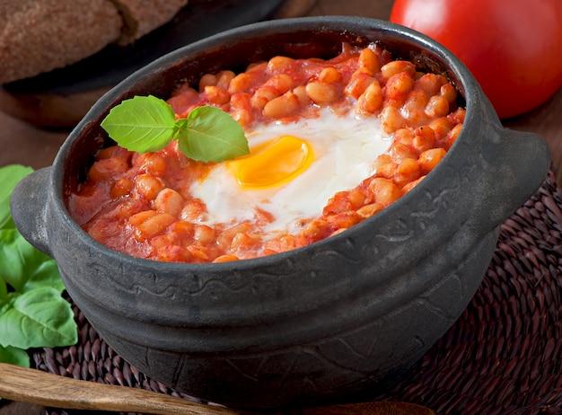 Huevos al horno con frijoles en salsa de tomate al estilo mexicano