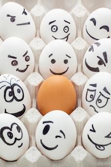 Huevos de alto ángulo con dibujo emoji