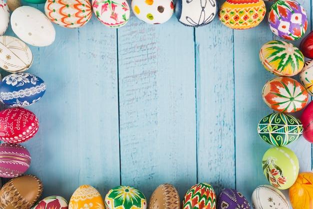 Huevos arreglados en superficie de madera