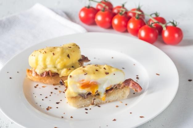 Huevos benedicto en el plato blanco
