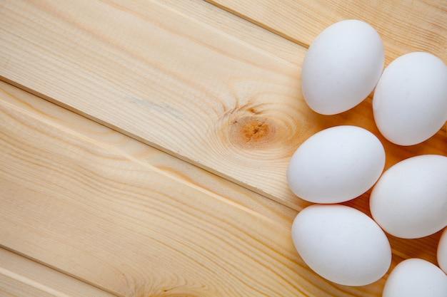 Huevos blancos en una mesa de madera