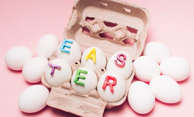 Huevos blancos con la palabra pascua