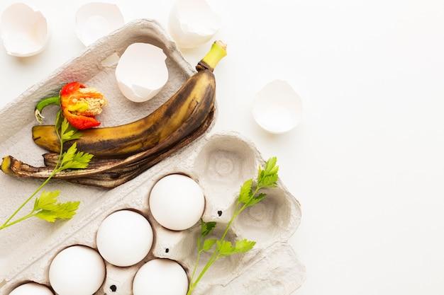 Huevos caducados y cáscara de plátano vieja