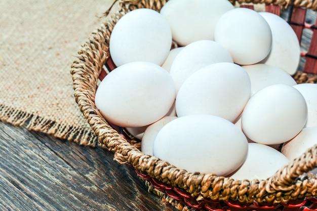 Huevos en una canasta de mimbre