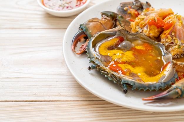 Huevos de cangrejo en escabeche con salsa picante de mariscos