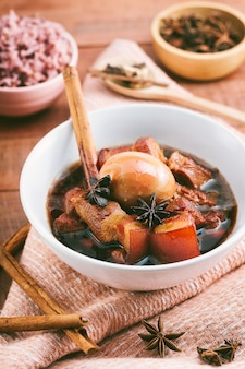 Huevos y carne de cerdo en salsa marrón.