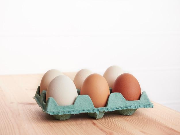 Huevos en cartulina verde
