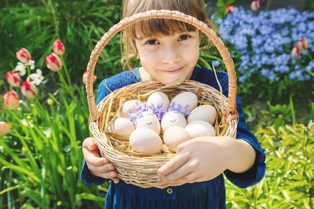 Huevos caseros con caras bonitas y una sonrisa.