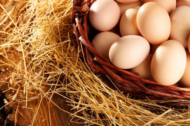 Huevos en la cesta cuidadosamente doblados y listos para las vacaciones de pascua. net zdarova comida. huevos de gallina
