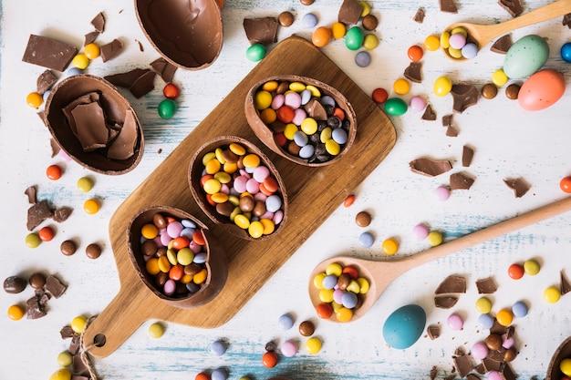 Huevos de chocolate con dulces a bordo