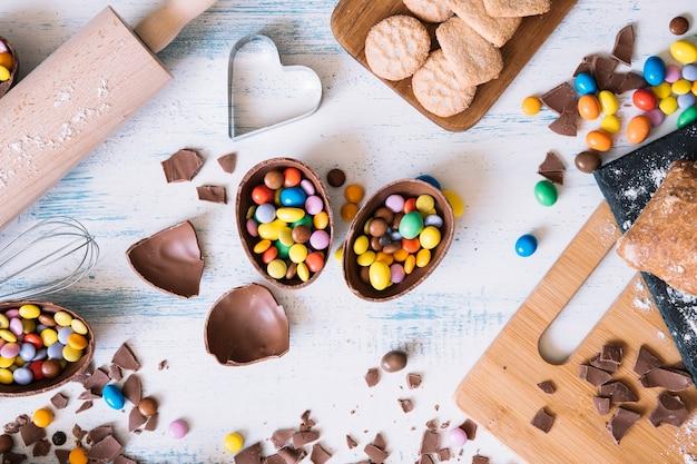 Huevos de chocolate con dulces cerca de pastelería