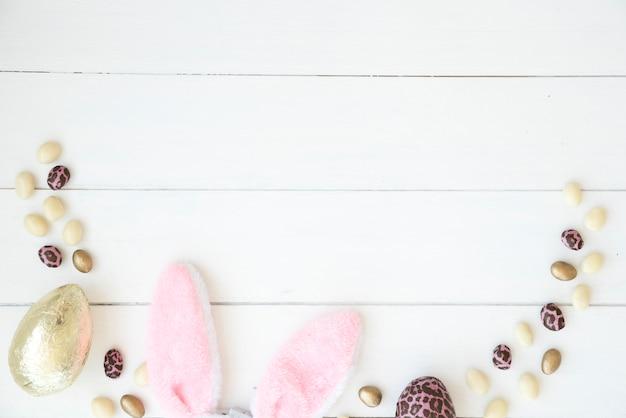 Huevos de chocolate y orejas de conejo de pascua.
