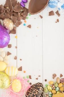 Huevos de chocolate de pascua en mesa de madera