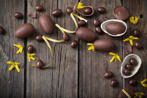 Huevos de chocolate sobre fondo de madera oscura