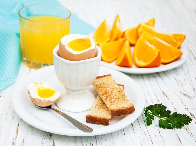 Huevos cocidos para el desayuno.
