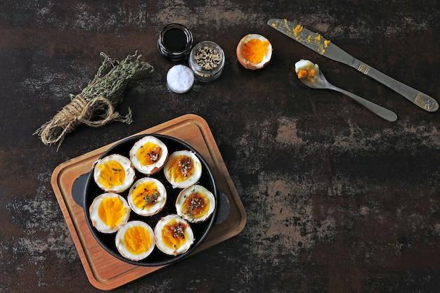 Huevos cocidos con hierbas y sésamo. keto desayuno o merienda. deliciosos huevos pasados por agua.