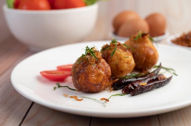 Huevos cocidos salteados con salsa de tamarindo.