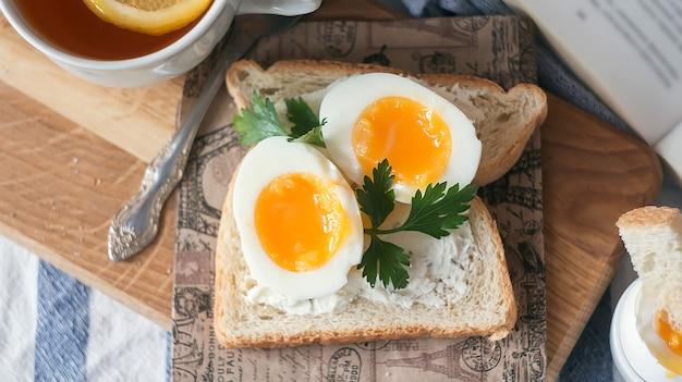 Huevos cocidos suaves para el desayuno con tostadas