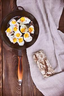 Huevos de codorniz fritos en una sartén