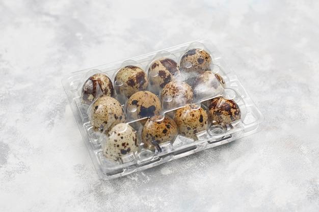 Huevos de codorniz sobre hormigón blanco grisáceo