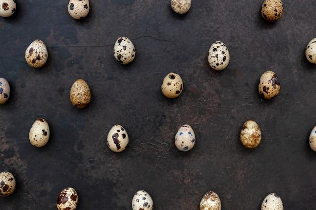 Huevos de codorniz sobre una superficie marrón oscura
