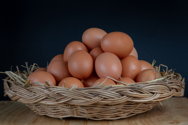 Huevos colocados en una cesta.