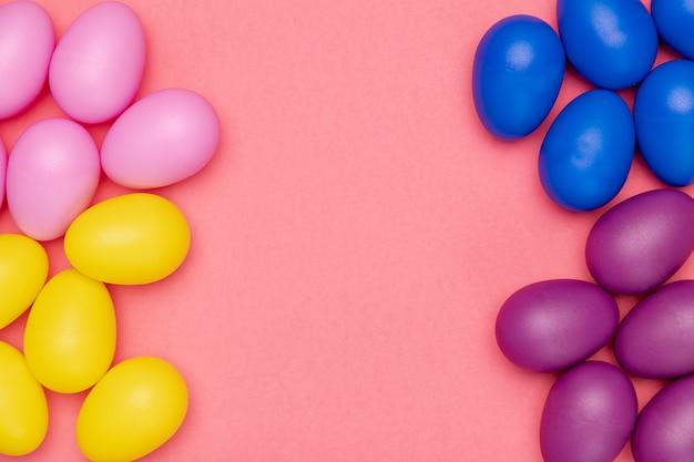 Huevos de color de espacio de copia en la mesa