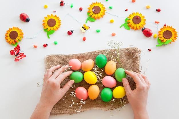 Huevos de colores con flores y caramelos