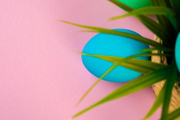 Huevos de colores para pascua con maceta de césped artificial. foto creativa